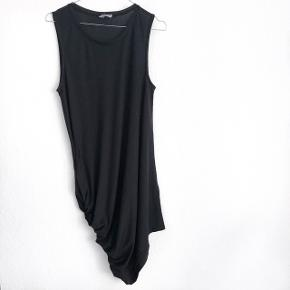 🛑 FLYTTESALG🛑 Hjælp med mig at få ryddet ud i hele garderoben, % ved køb af mere end 1 vare, procenterne bliver regnet uden fragten.  H&M kjole med en fed detalje    størrelse: S   pris: 70 kr   fragt: 37 kr